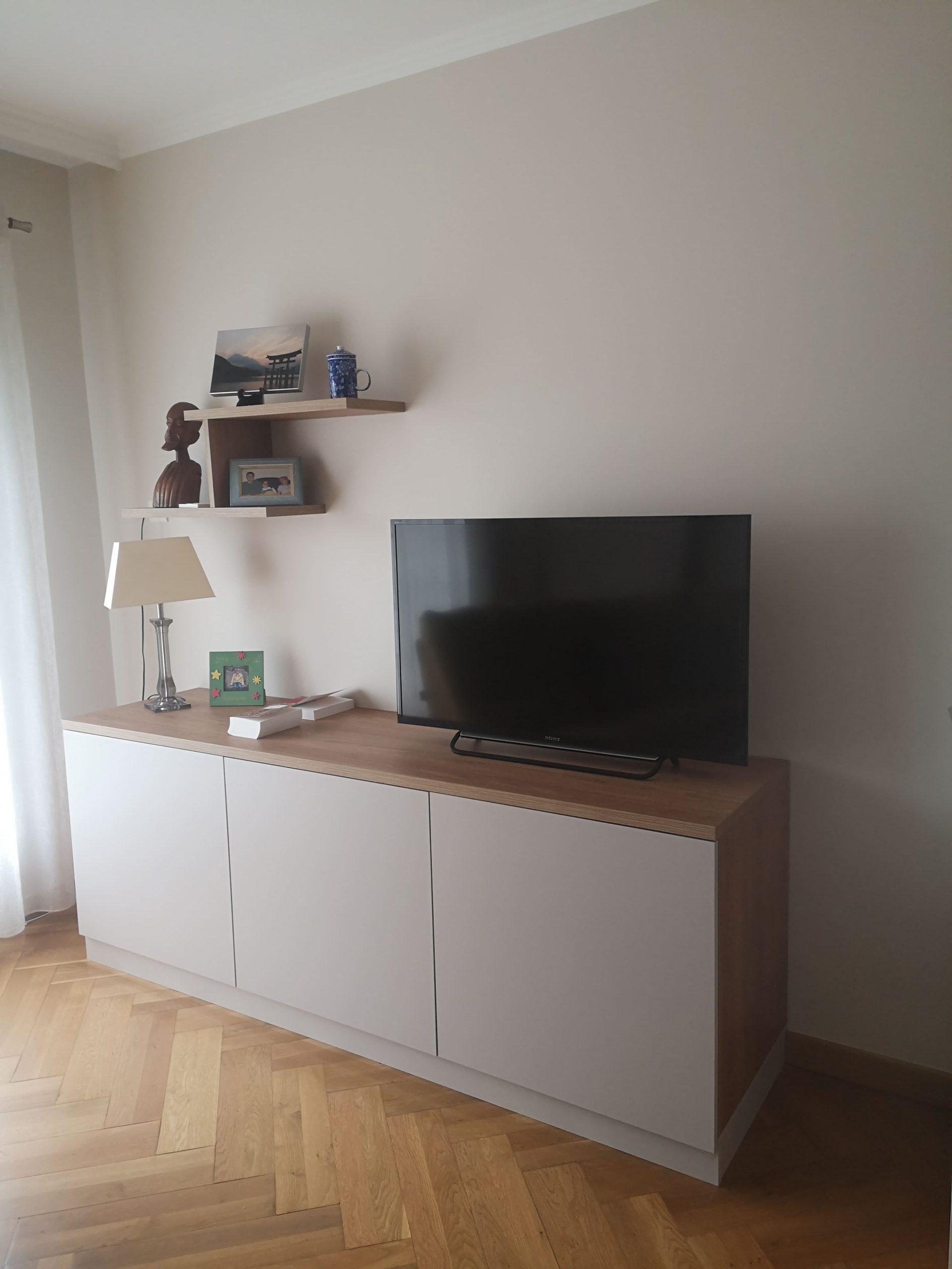 Sur cette dernière photo, on voit la deuxième réalisation : le meuble Tv sur mesure. Il s'agit de deux agencements sur mesure dans un salon.