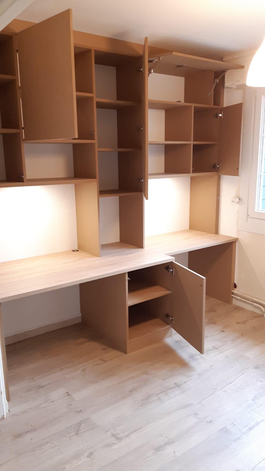 Sur cette photo, on voit la bibliothèque avec des espaces ouverts.