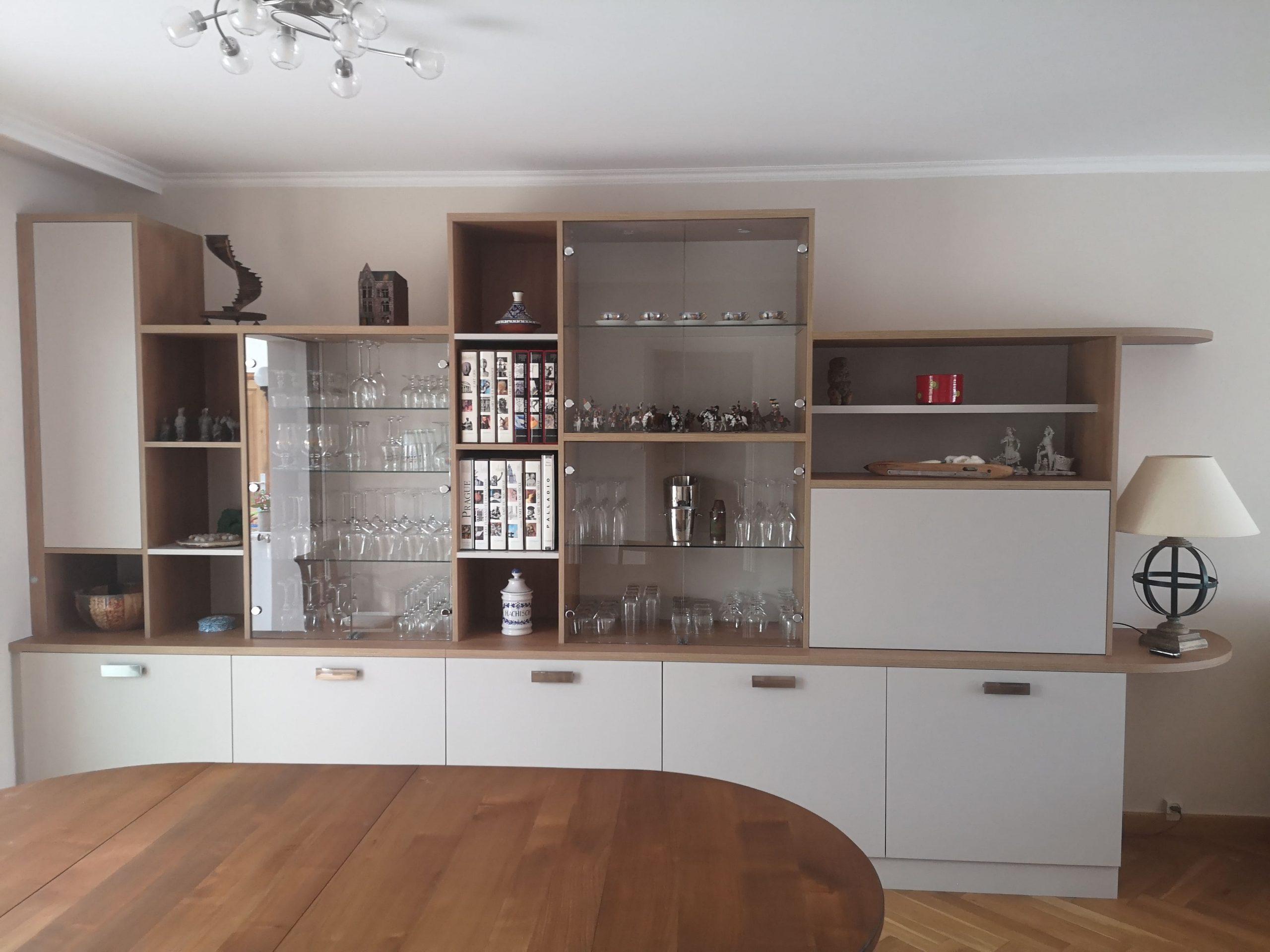 Sur cette deuxième photo, on voit le meuble sur mesure de face. Il s'agit de deux agencements sur mesure dans un salon.