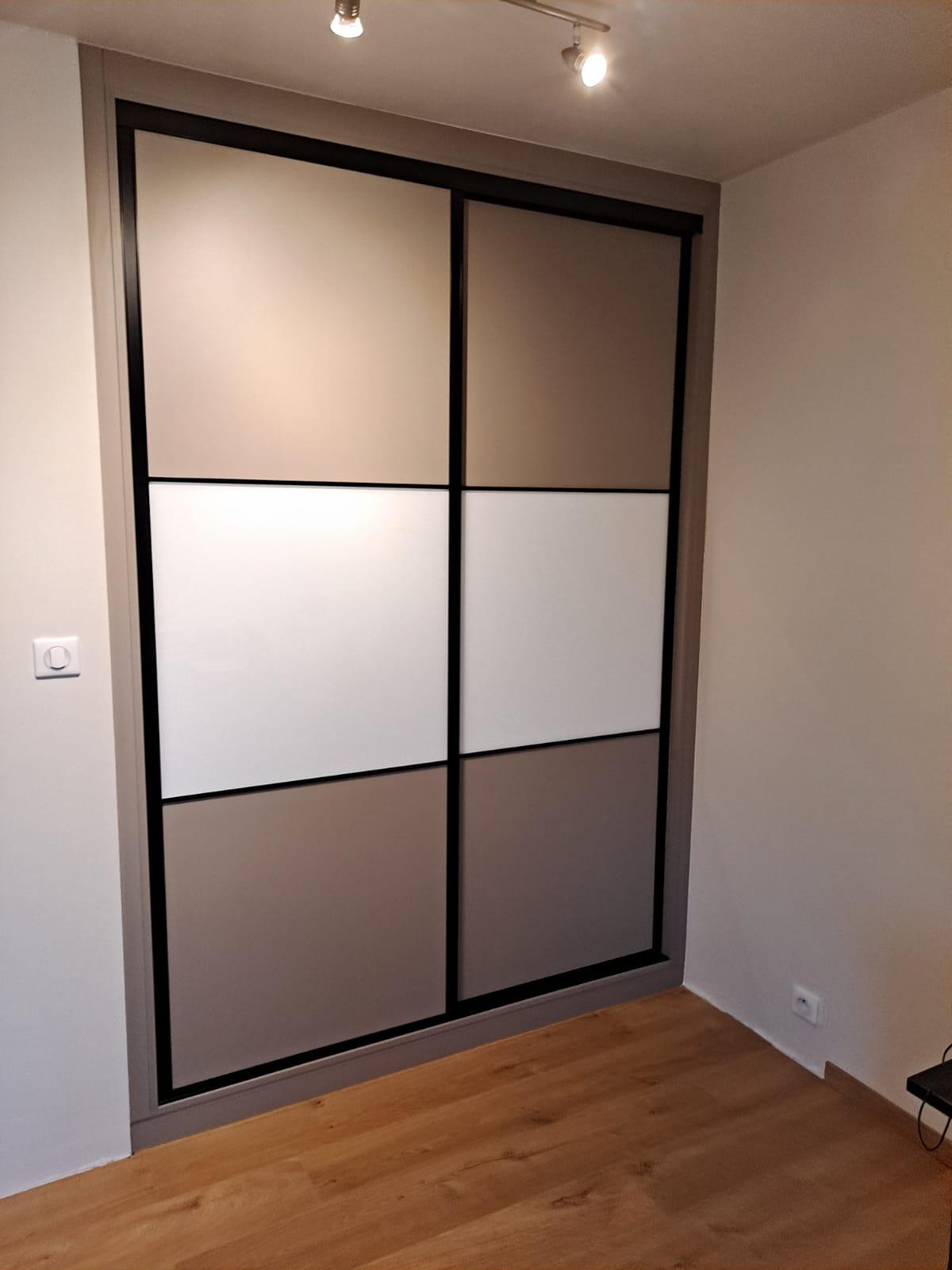 Enfin, sur cette dernière photo, on voit le placard qui est fermé.