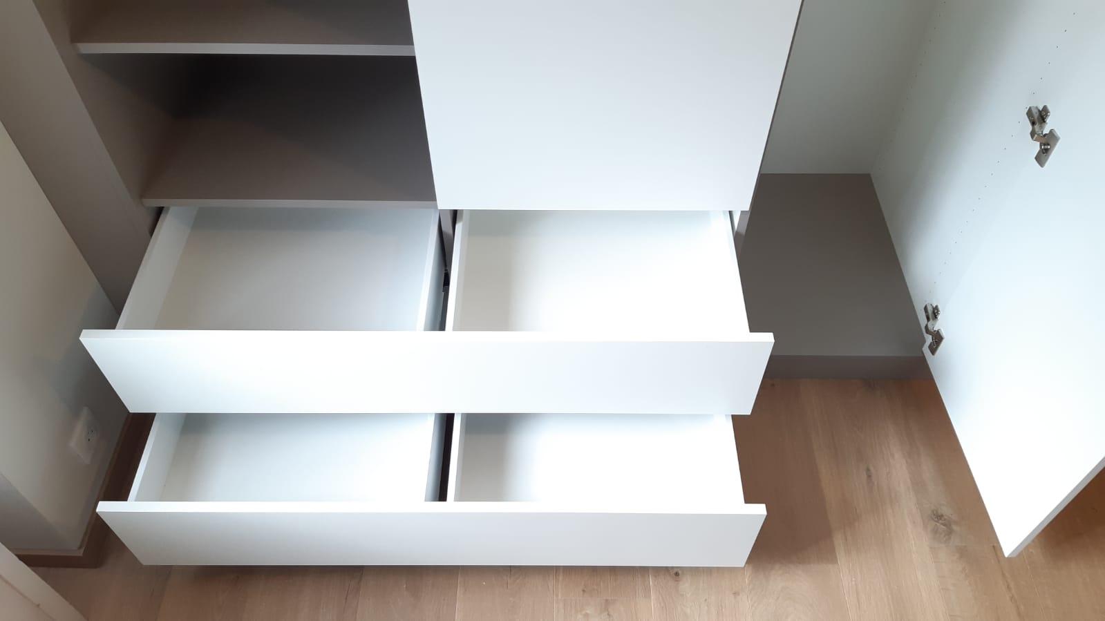Sur cette dernière photo, on voit les tiroirs ouverts du placard sous pente.