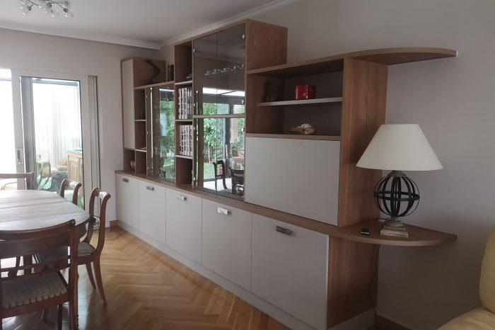 Sur cette première photo, on voit le meuble sur mesure ainsi que ses espaces de rangements. Il s'agit de deux agencements sur mesure dans un salon.