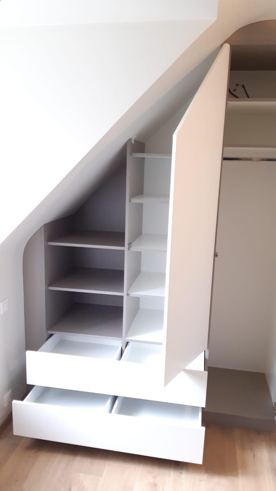Sur cette deuxième photo, on voit le placard sous pente avec ses espaces de rangements ouverts.