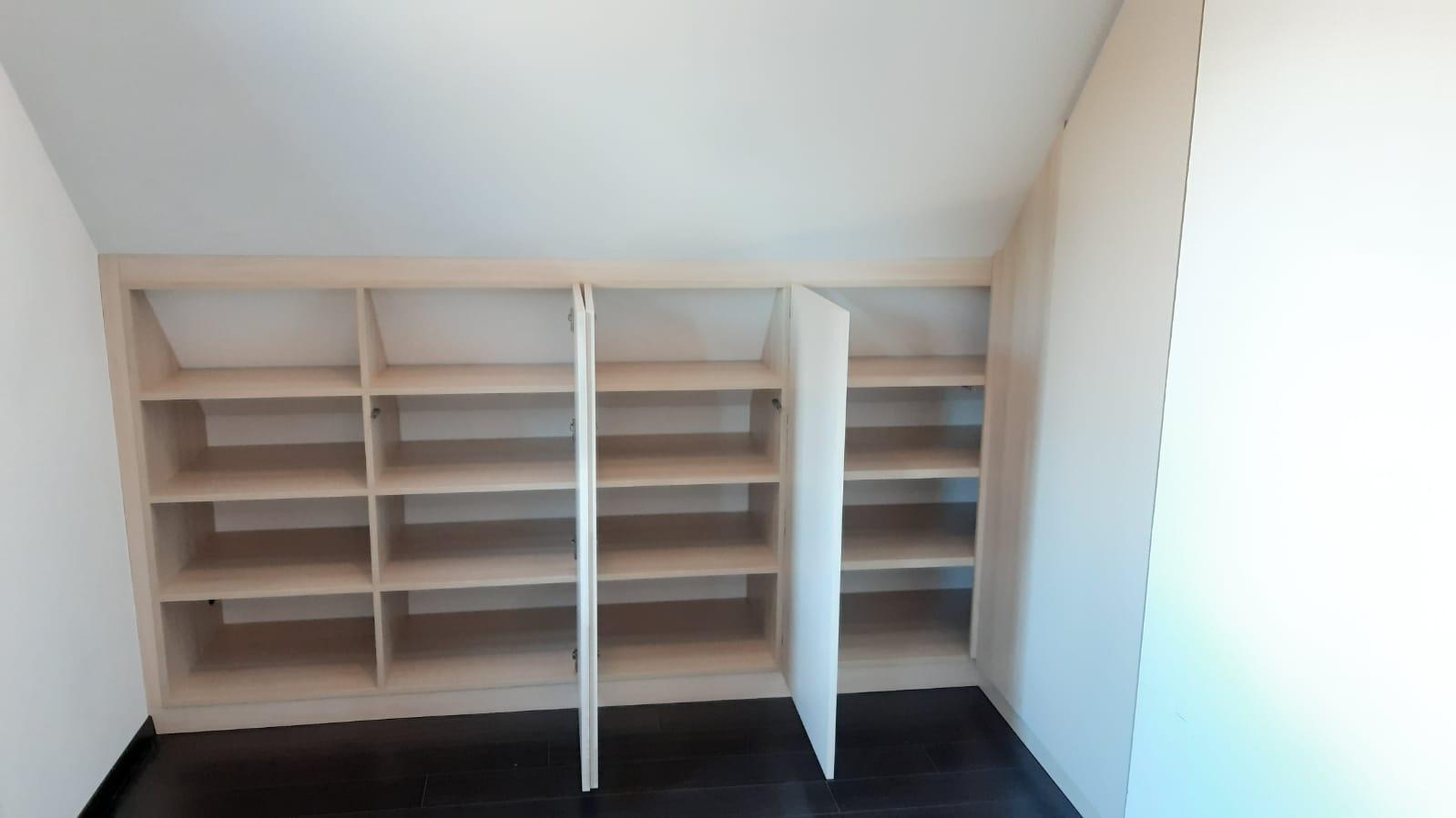 Sur cette photo, on voit le meuble en sous pente avec les portes ouvertes.