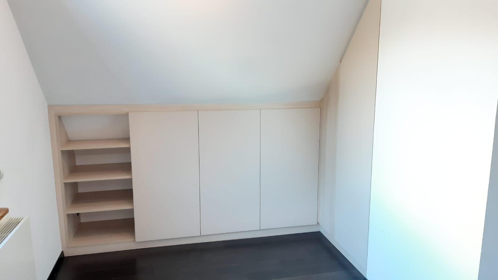 Sur cette photo, on voit le meuble en sous pente avec la plupart des espaces qui sont fermés.
