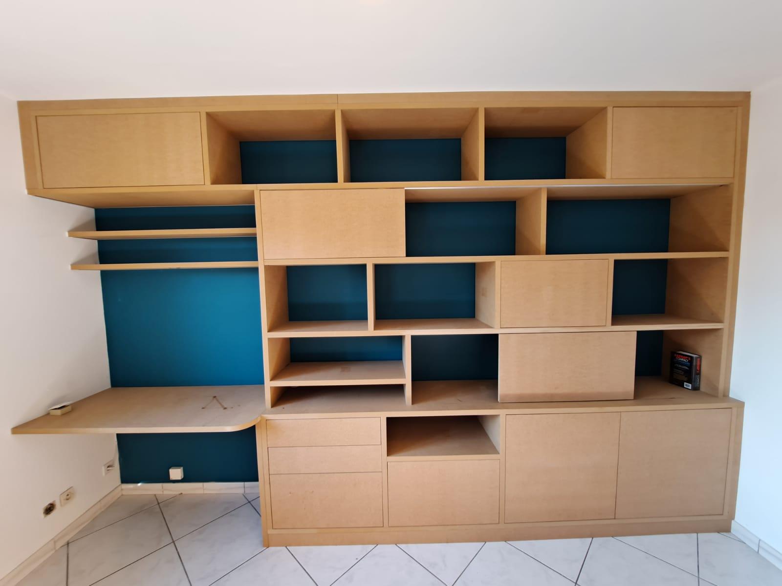 Sur cette photo, on voit la bibliothèque sur mesure avec le coin bureau.