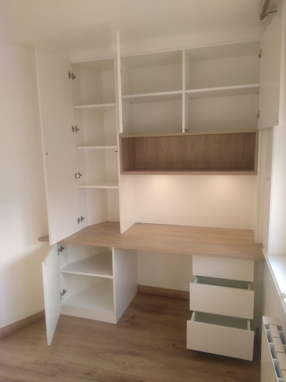 Sur cette photo, on voit le bureau sur mesure avec les espaces ouverts.