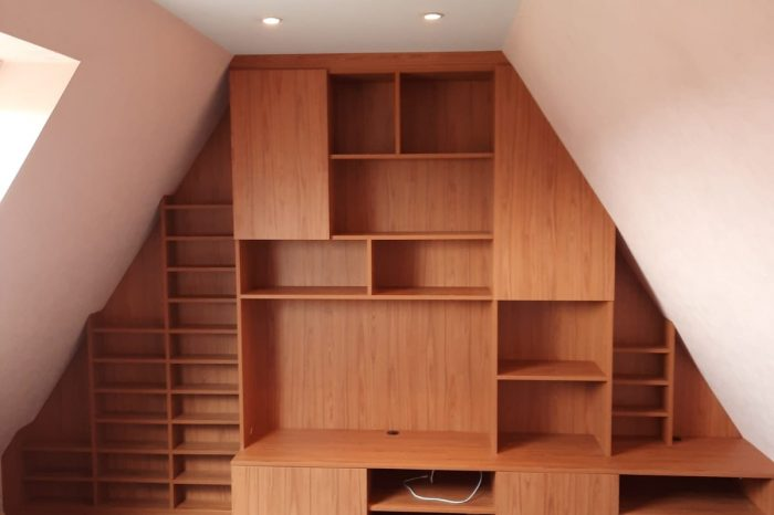 Sur cette photo, on voit le meuble tv avec les espaces de rangements fermés.