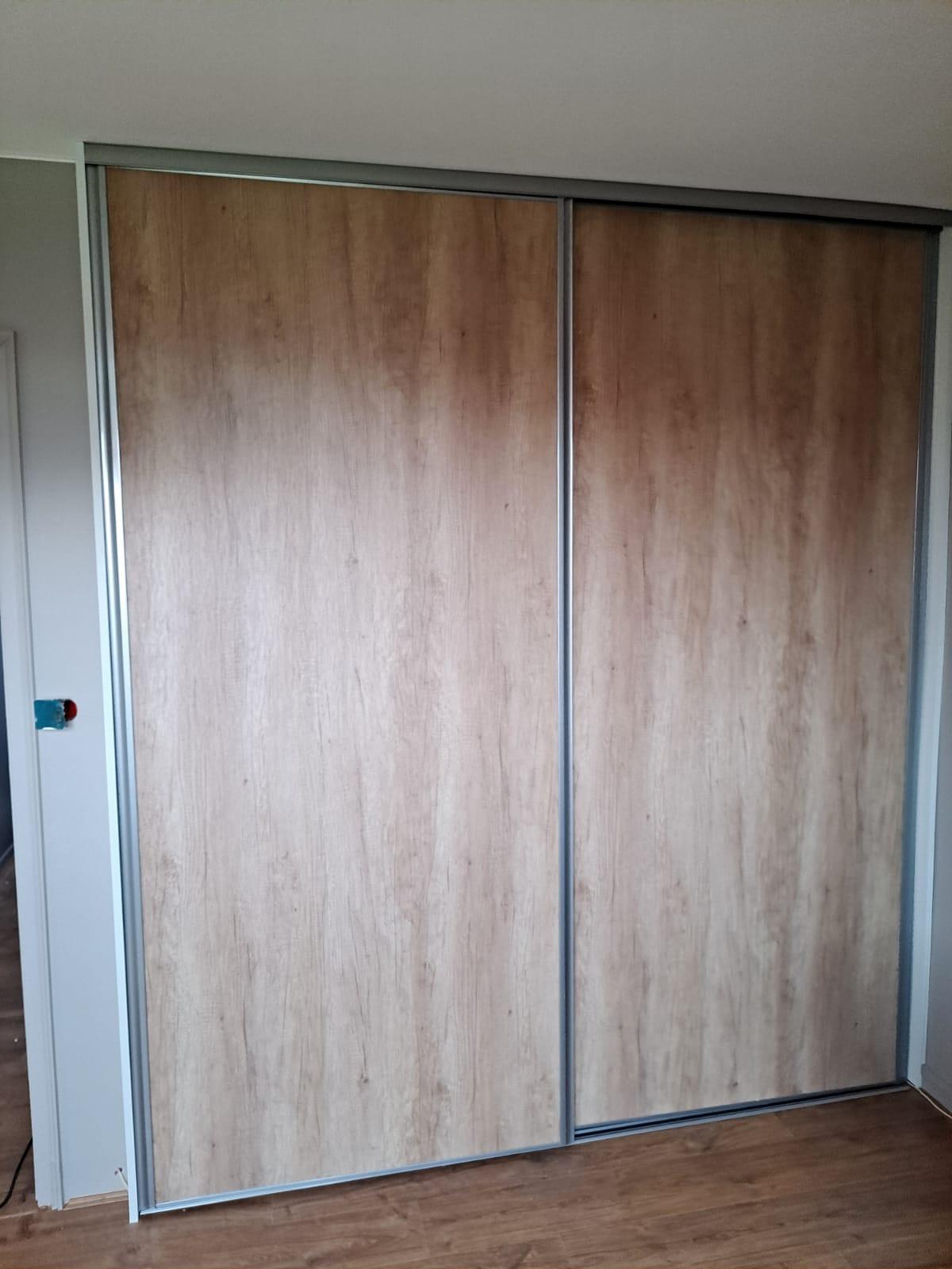 Sur cette dernière photo, on voit le placard sur mesure avec les portes fermées.
