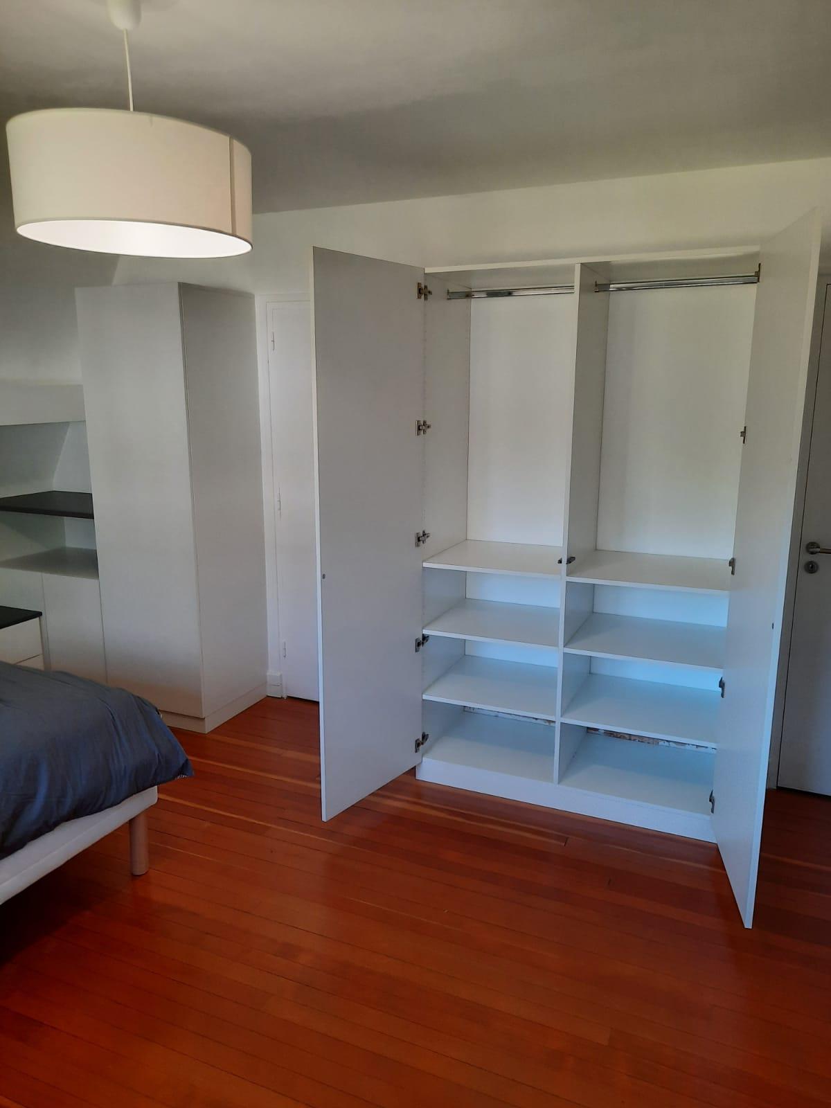 Sur cette photo, on voit l'armoire ouverte.
