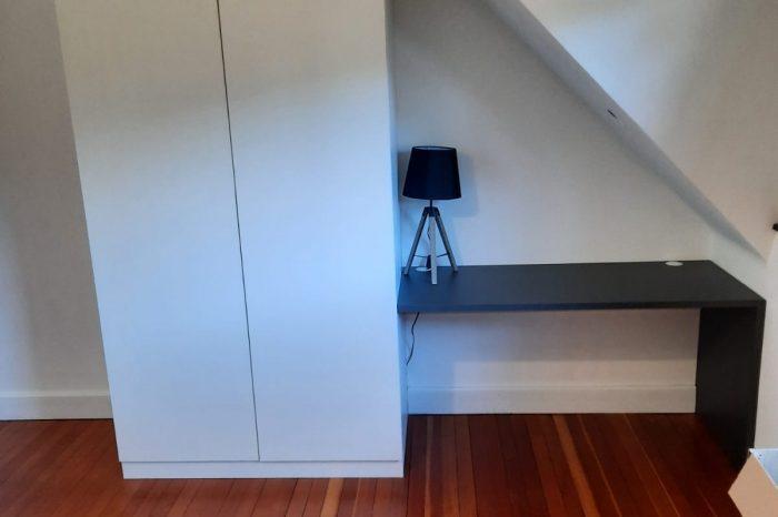 Sur cette photo, on voit le bureau ainsi que l'armoire.