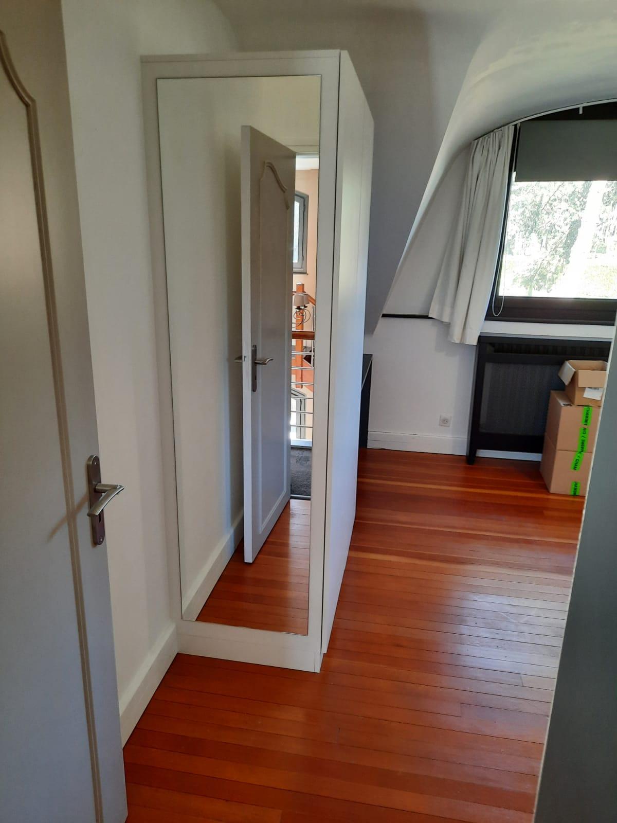 Sur cette dernière photo, on voit le côté de l'armoire.