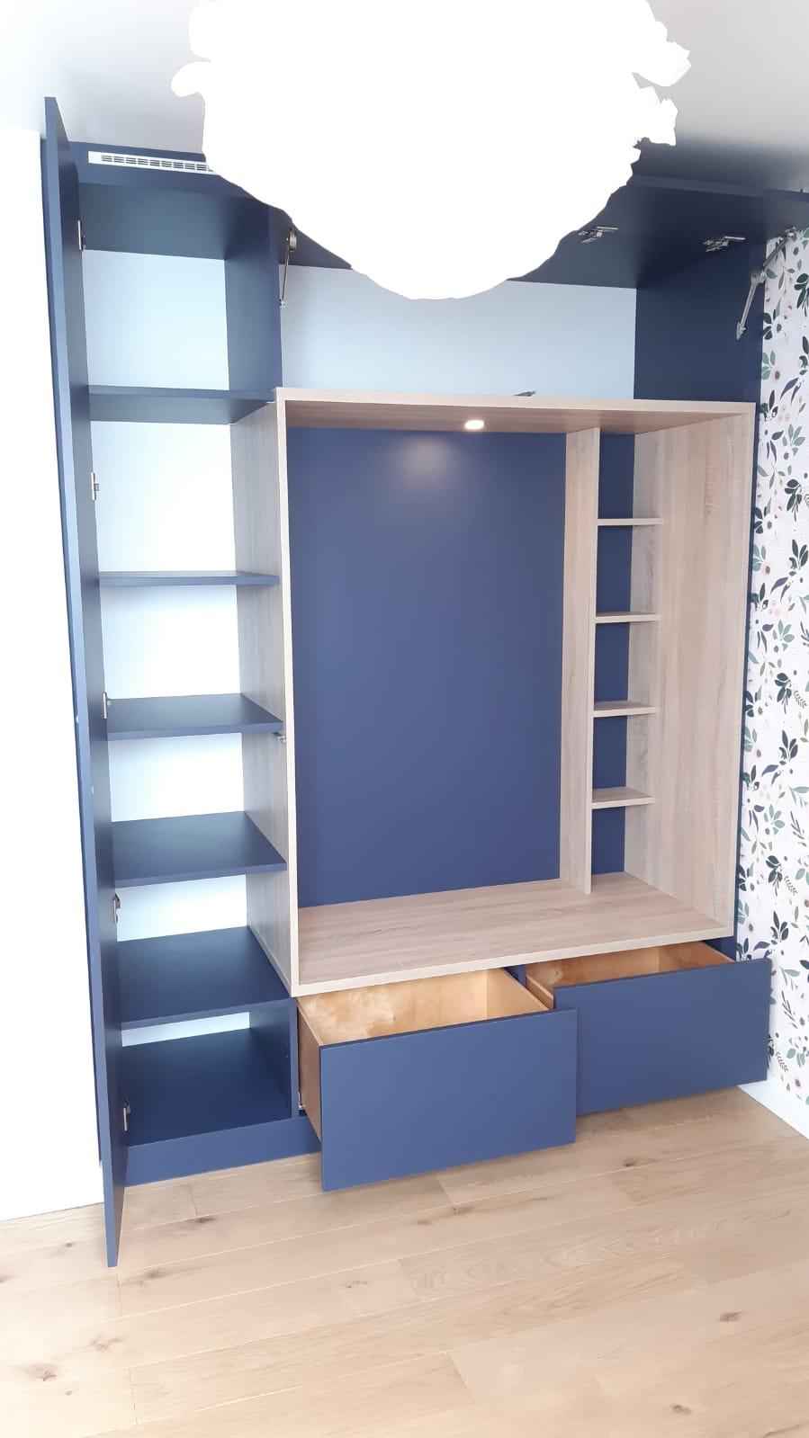 Sur cette photo, on voit le meuble sur mesure avec les espaces ouverts.