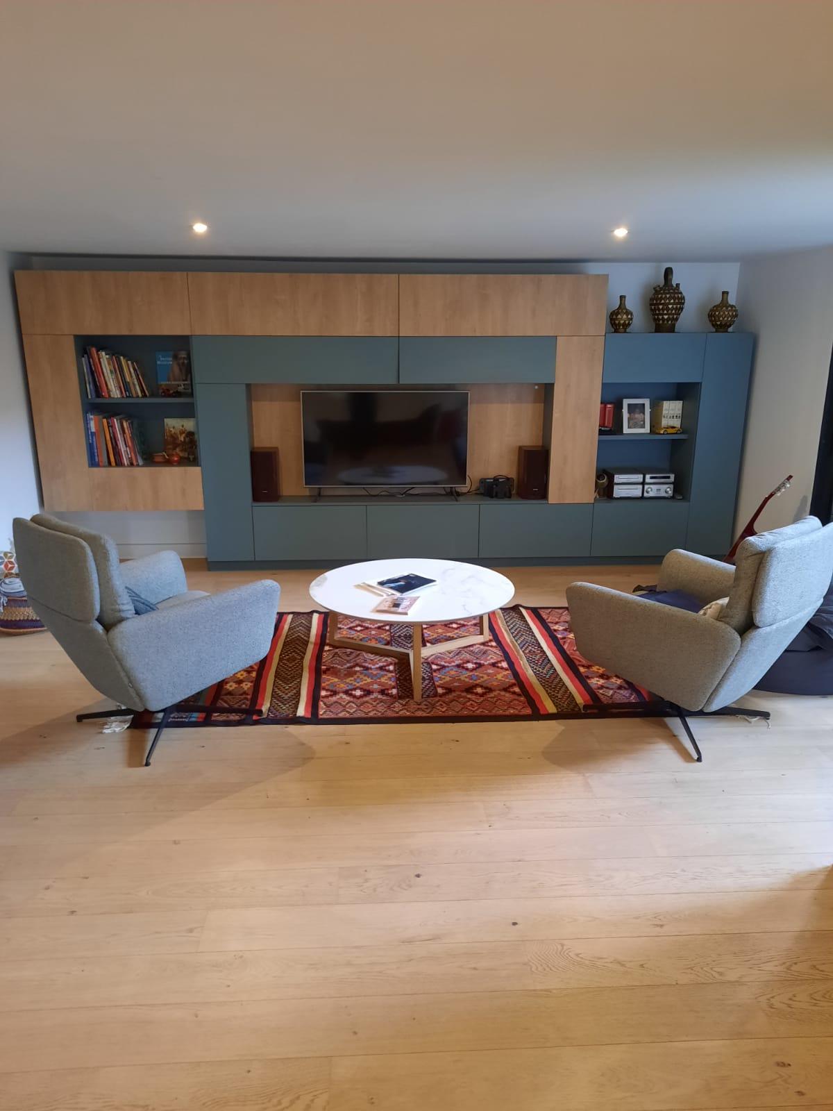 Deuxième photo dans laquelle on voit le meuble tv décoré.