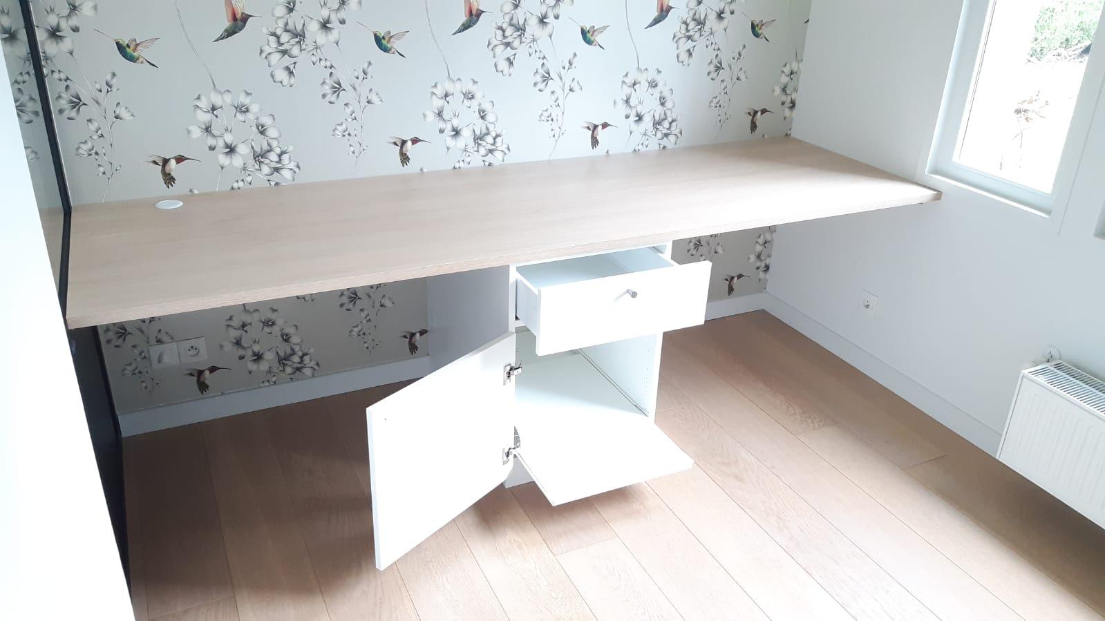 Sur cette dernière photo, on aperçoit le bureau avec les rangements ouverts.