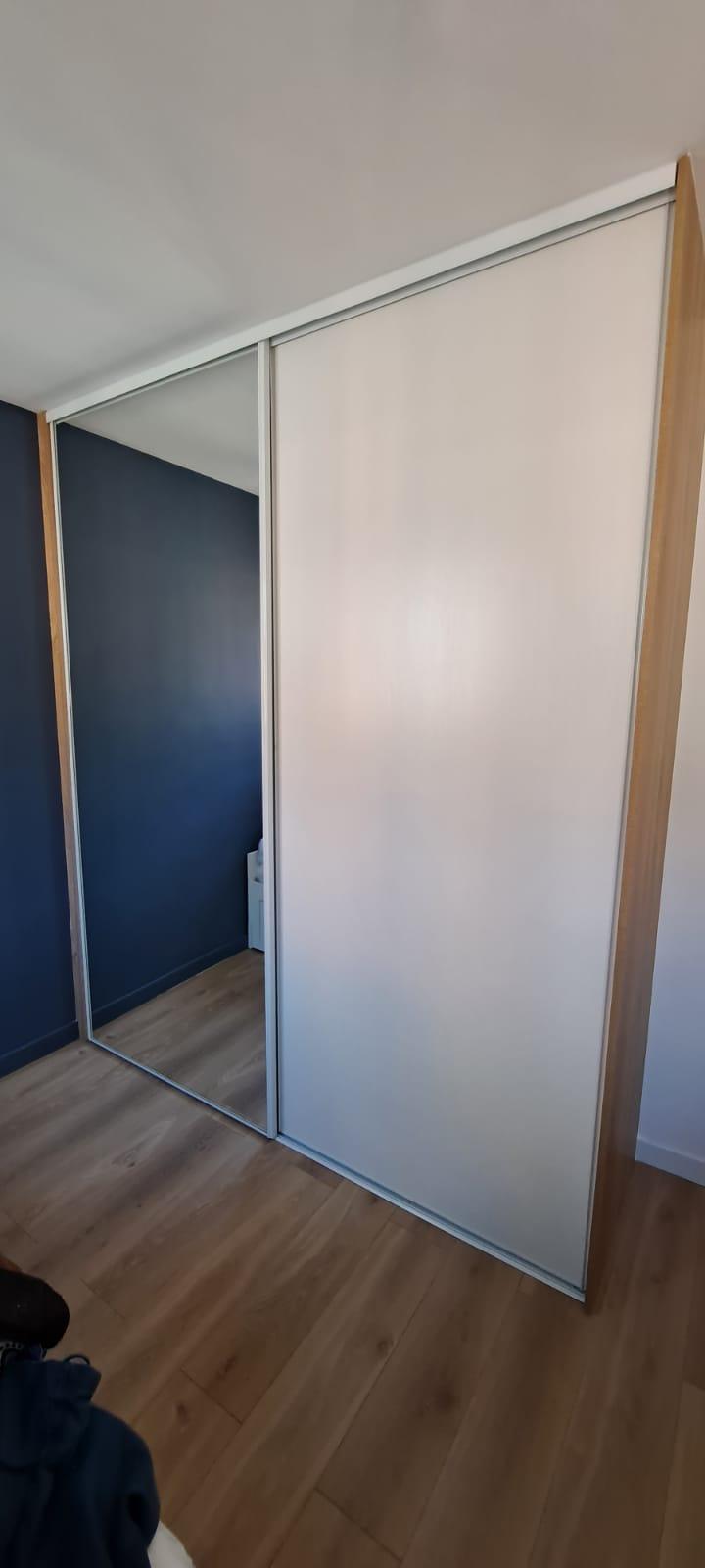 Sur cette photo, on voit le dressing sur mesure avec les portes fermées.
