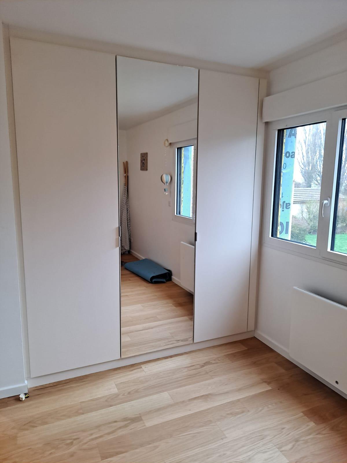 Sur cette troisième photo, on voit le deuxième placard avec les portes fermées.