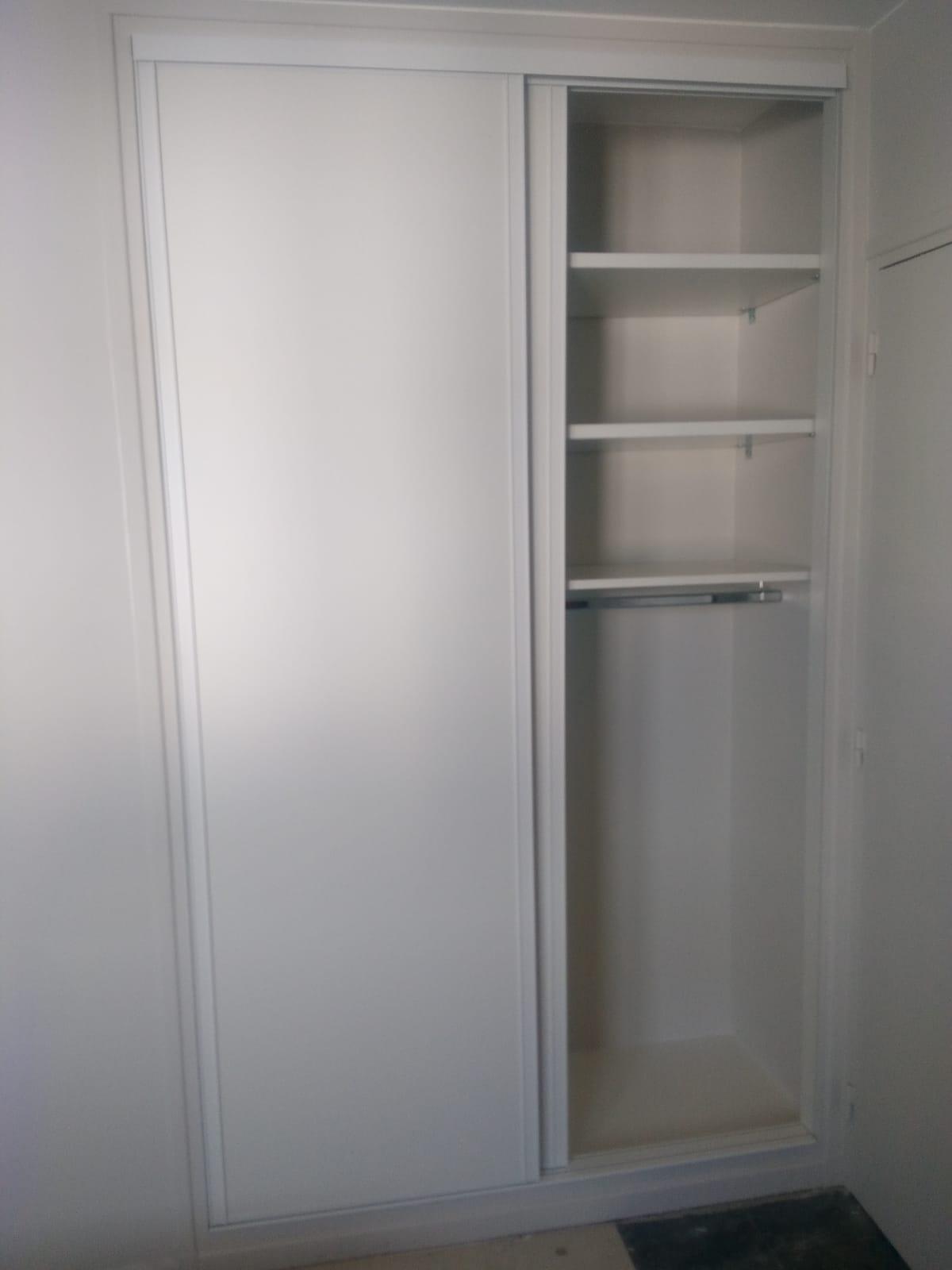 Sur cette dernière photos, on voit le placard avec les portes ouvertes. On y voit les espaces de rangements.