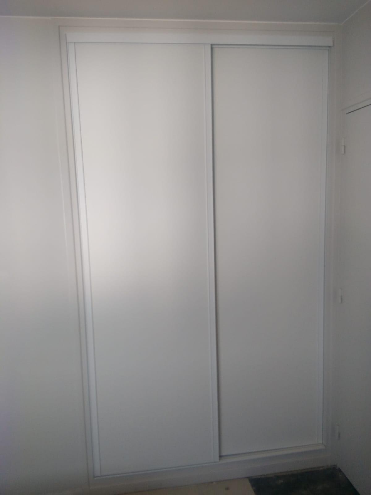 Sur cette première photo, on voit le placard avec les portes fermées.