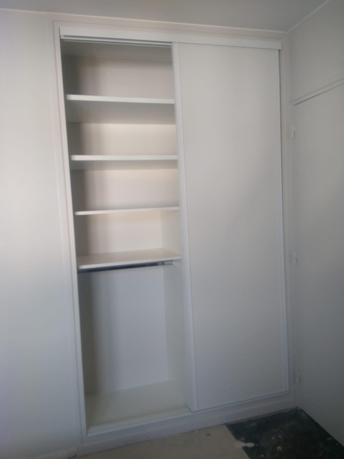 Sur cette deuxième photo, on voit le placard sur mesure avec les portes ouvertes.