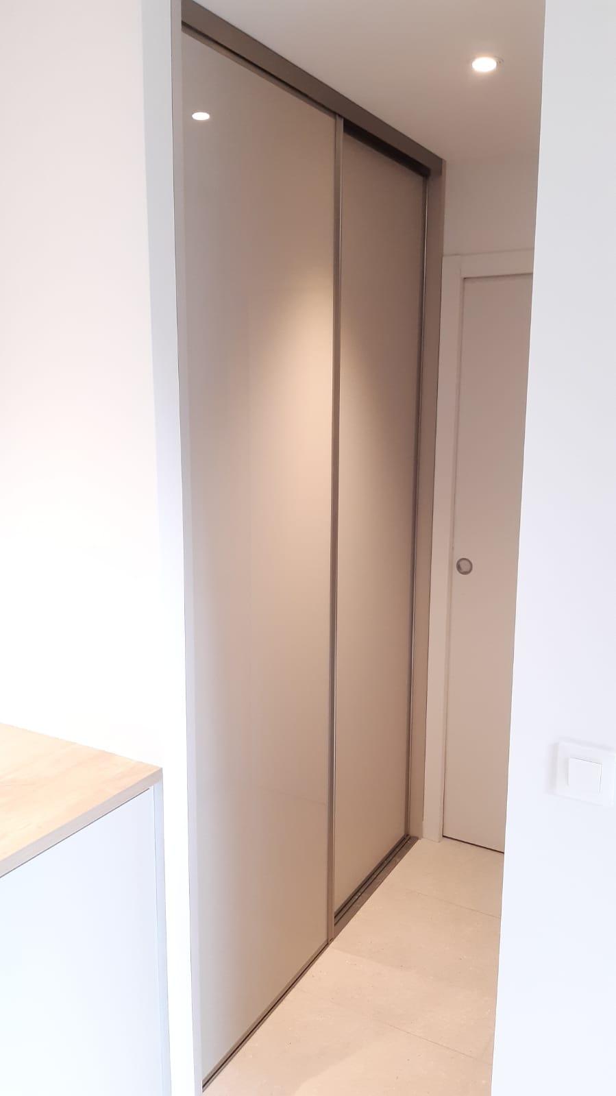 Voici une armoire avec les portes fermées.