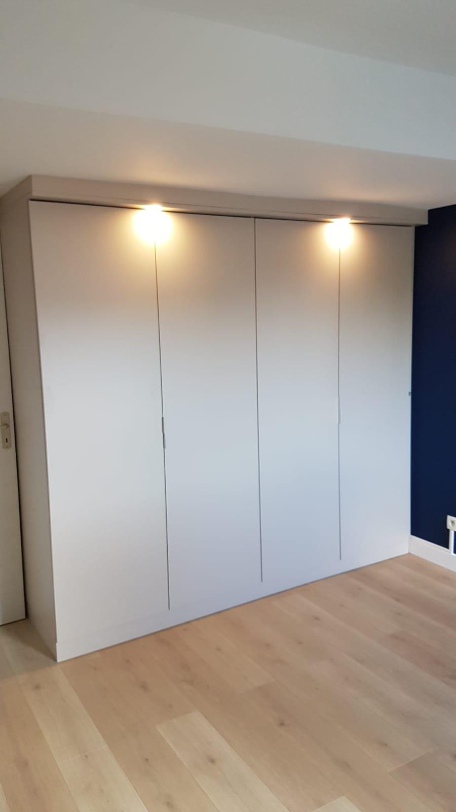 Sur cette photo, on voit le placard dans la chambre avec les portes fermés.