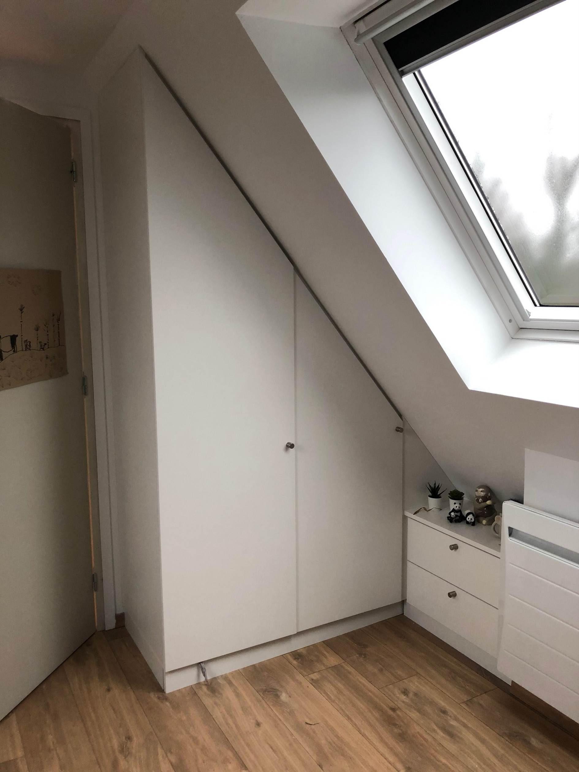 sur cette photo on voit un meuble blanc en sous pente dans une chambre à Wambrechies