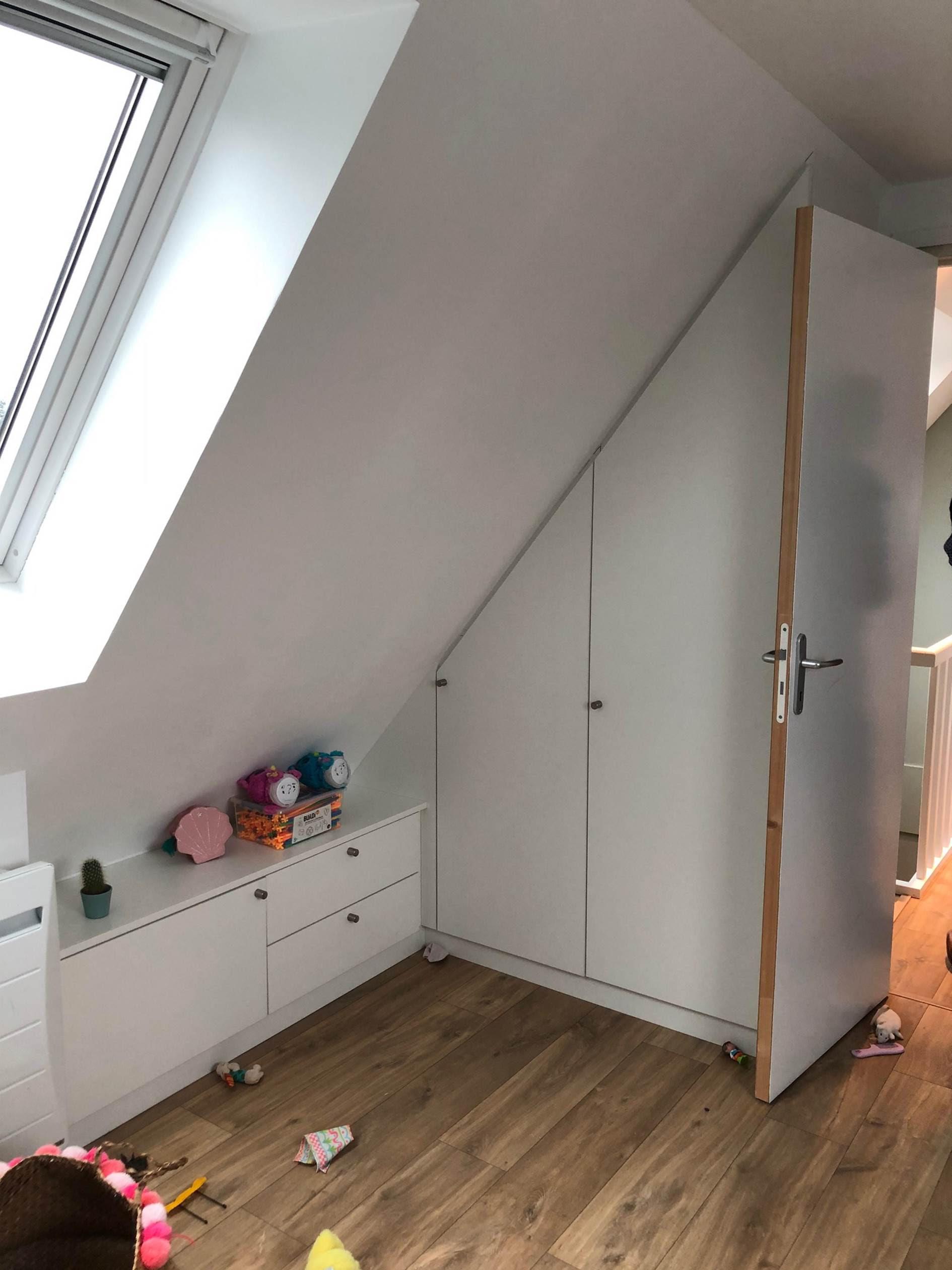 sur cette photo on voit un placard blanc installé dans une chambre en sous pente à Wambrechies mais d'un autre angle