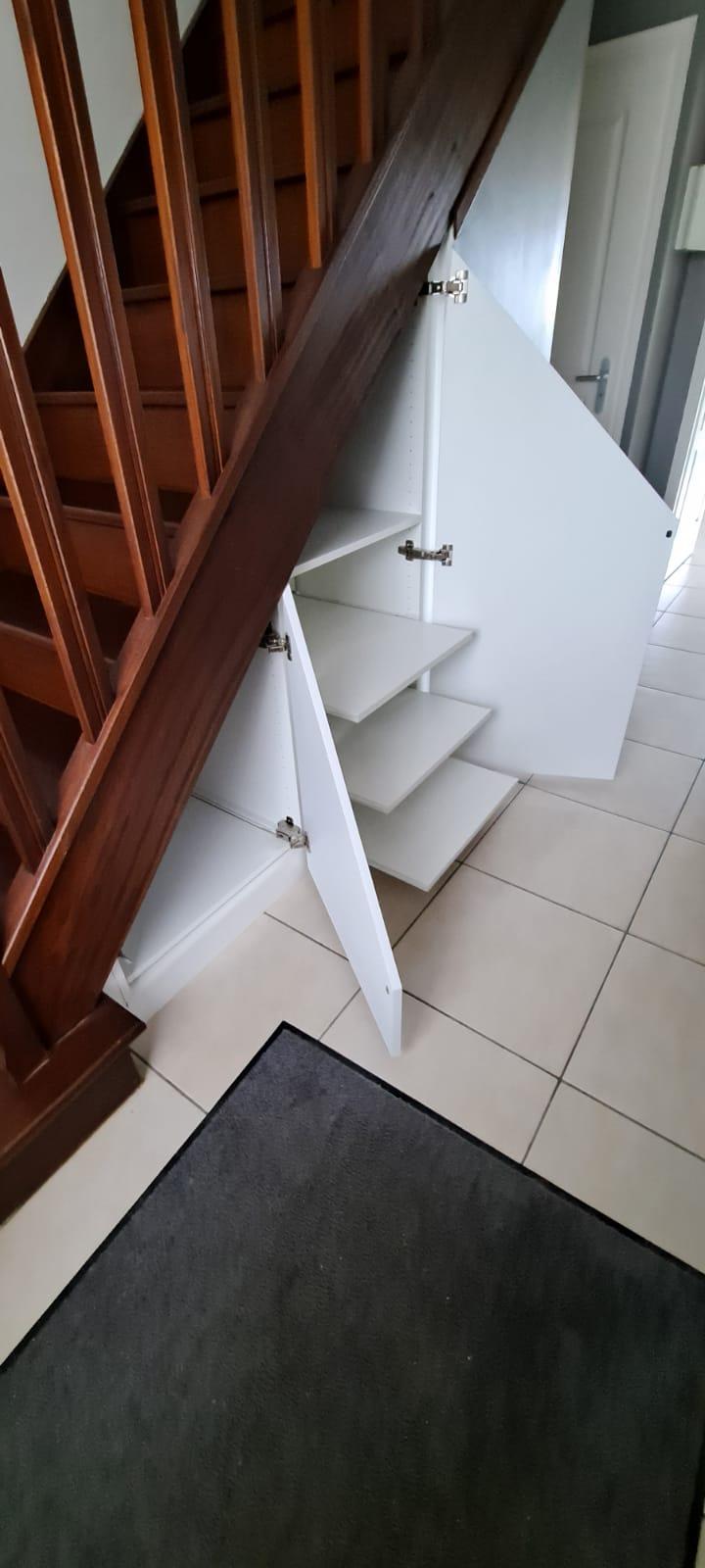sur cette photo on voit l'escalier avec le meuble ouvert