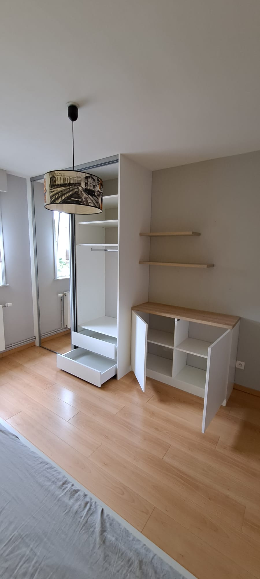 sur cette image on voit le dressing avec les portes et tiroirs ouverts