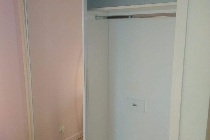 Sur cette photo, on voit le placard avec les parties ouvertes.