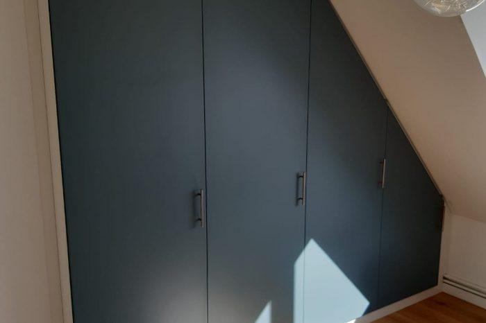 Dressing sous pente fermé par des portes ouvrantes