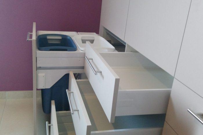 Meuble de salle de bain avec bac à linge