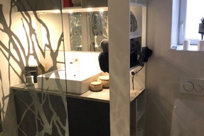 Meuble de salle de bain avec claustra