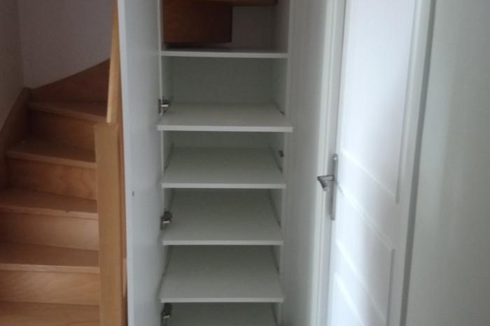 Aménagement sous escalier avec étagères coulissantes